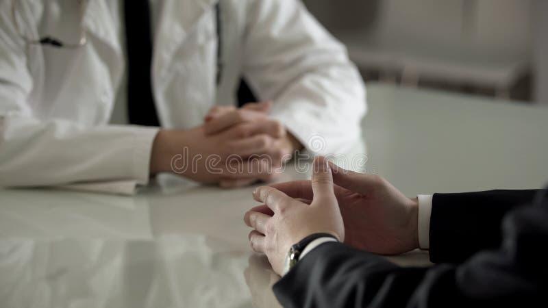 Osoba w kostiumu przy urologa spotkaniem, intymny traktowanie m?skie choroby zdjęcie royalty free