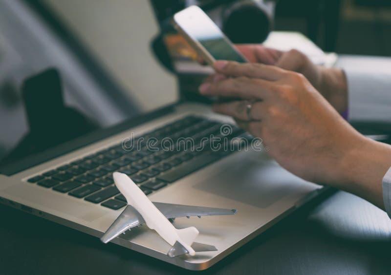 Osoba w podróży służbowej używa telefon rezerwować jego wycieczka zdjęcie royalty free