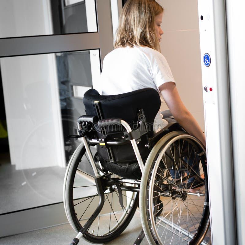Osoba w wózku inwalidzkim wchodzić do windę obrazy stock