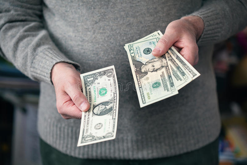 Osoba wierzy dolary zdjęcia royalty free