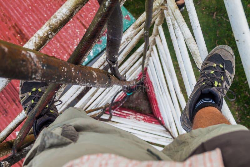 Osoba wspina się trójgraniastego guyed kratownica maszt blisko Santa Elena wioski, Costa Ri zdjęcia royalty free
