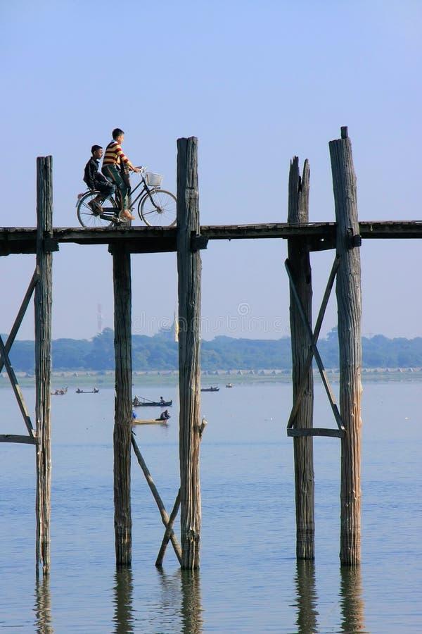 Osoba z bycicle na U Bein moscie, Amarapura, Myanmar zdjęcie royalty free