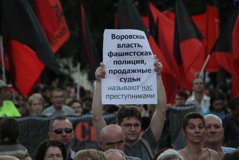 Osoba z opozycyjnym plakatem na spotkaniu w ochronie więźniowie polityczni fotografia stock