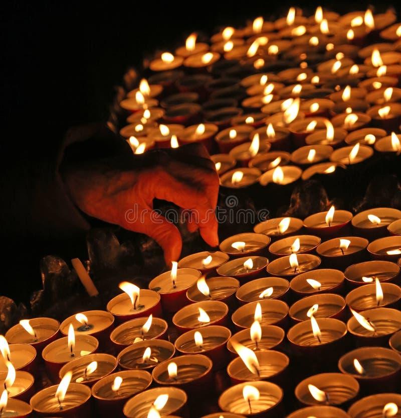 Osoba zaświeca świeczkę podczas obrządu religijna fotografia royalty free