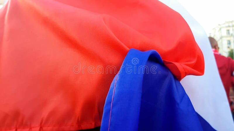 Osoba zawijająca w flagi państowowej pozycji na ulicie, masowi protesty, wiec zdjęcia stock