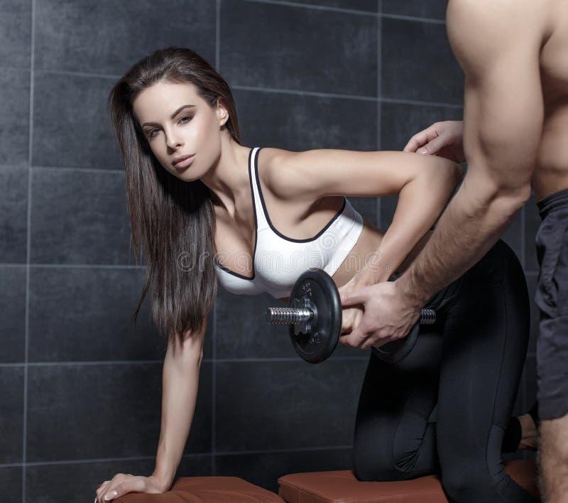 Osobiste trener pomoce kobieta w treningu zdjęcie royalty free