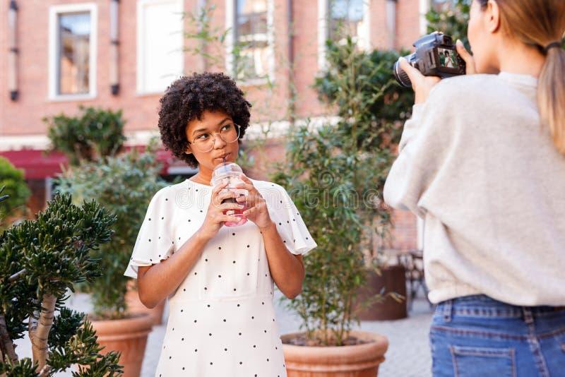 Osobisty fotograf pracuje z blogger zdjęcie stock