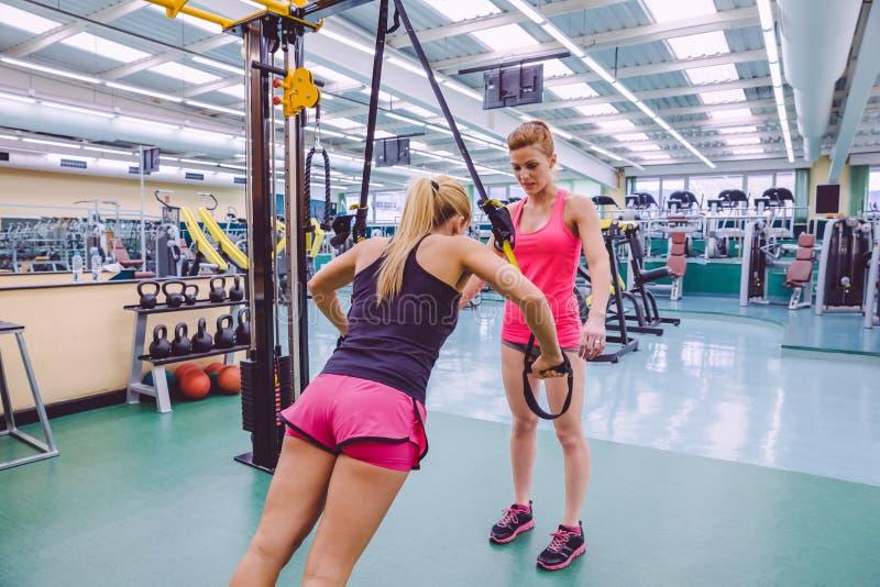 Osobisty trener uczy kobieta w zawieszeniu zdjęcie stock