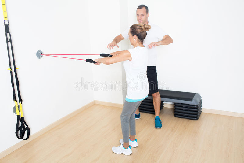 Osobisty trener wyjaśnia sprawności fizycznej ćwiczenie zdjęcie royalty free