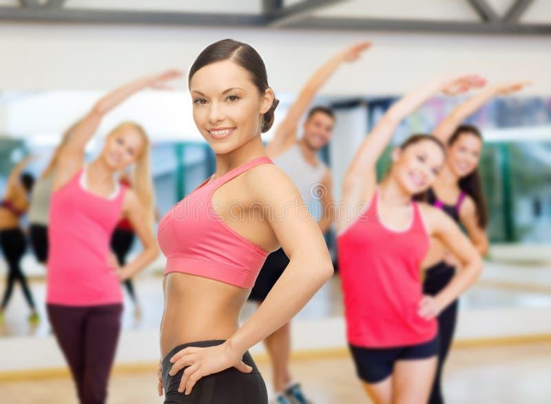 Osobisty trener z grupą w gym fotografia royalty free
