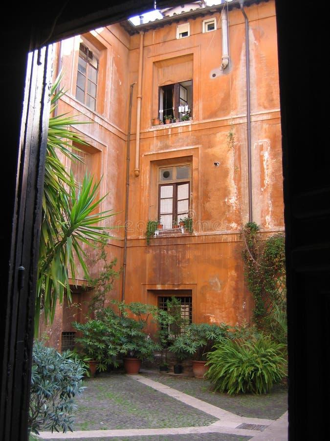Osobliwie podwórze stary Romański budynek Itlay fotografia stock