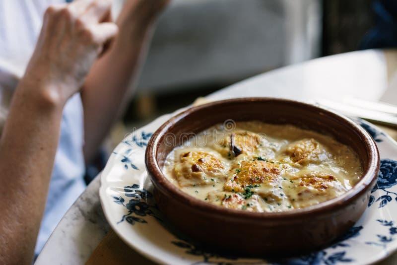 Osoby łasowania pierożki z gratin serem w restauraci, fotografia royalty free