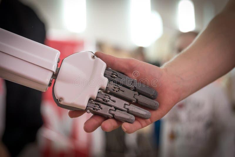 Osoby i robota chwiania ręki Poj?cie ludzka interakcja z sztuczn? inteligencj? obraz royalty free