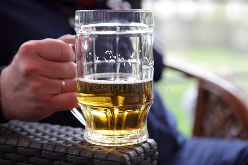 Osoby mienia kubek piwo zdjęcie stock