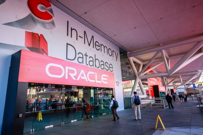 Osoby obecne Oracle Otwarta Światowa konferencja wchodzić do Moscone Centrum południe zdjęcia stock