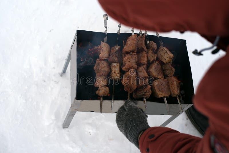 Osoby opieczenia mięso outside obrazy stock
