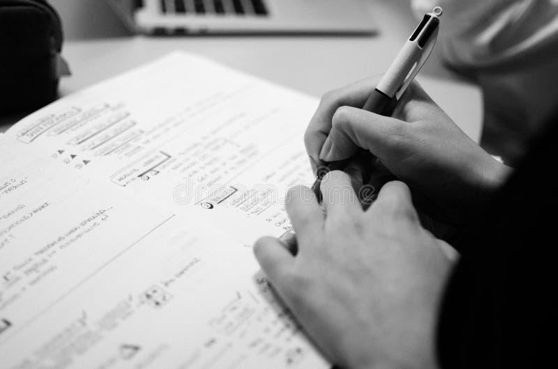 Osoby ręka, pisze coś w notatniku zdjęcia royalty free