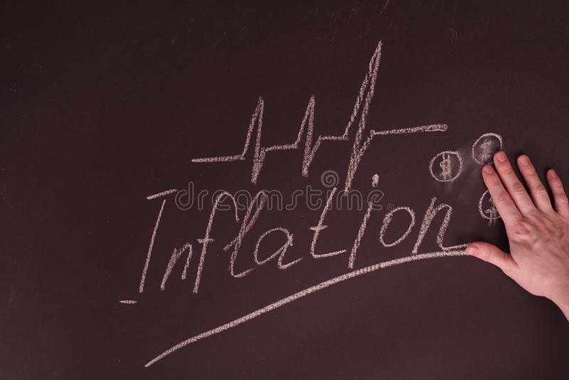 Osoby ręka Pokazuje inflaci pojęcie Z Dolarową mapą Na Blackboard obrazy stock