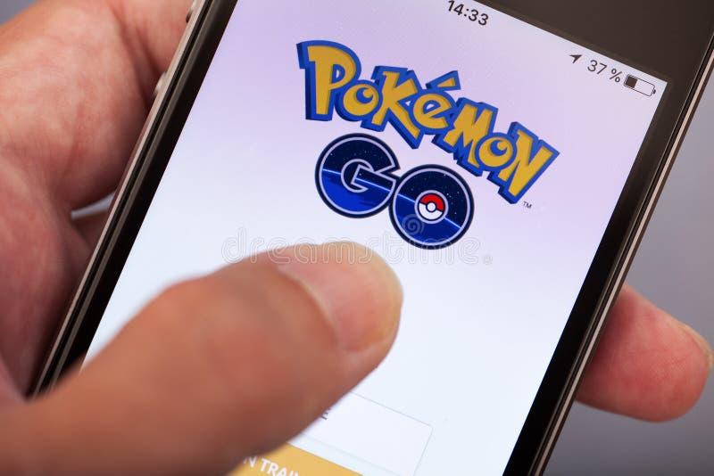 Osoby ręka zaczyna Pokemon Iść zastosowanie na jabłku iPhone5s zdjęcia royalty free