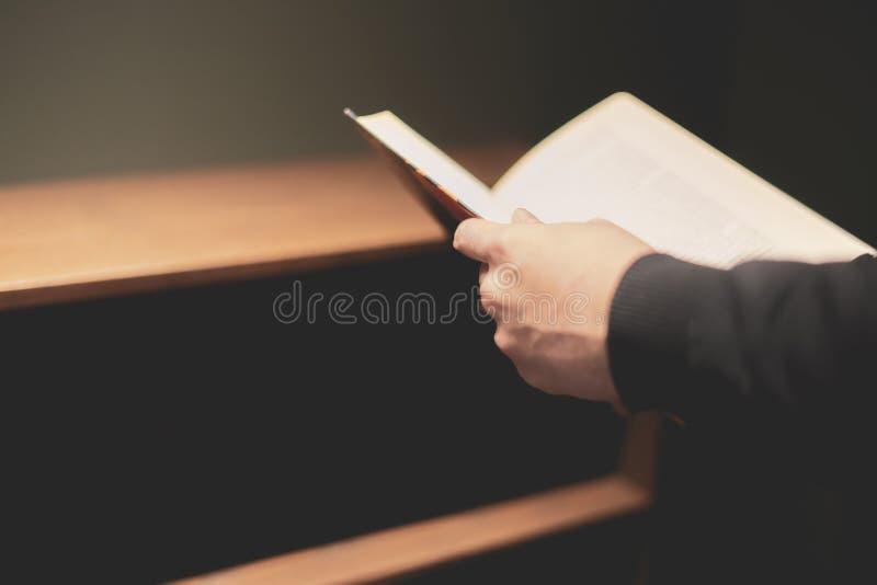 Osoby ręki gmeranie dla książki na książkowej półce n w domu obraz royalty free