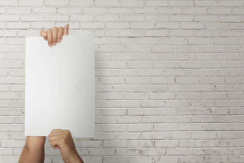 Osoby ręki mienia papieru puste miejsce dla copyspace obraz stock