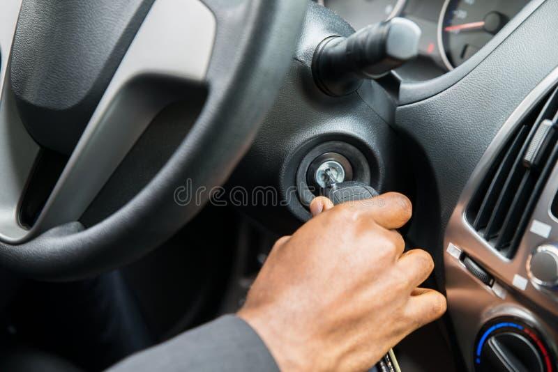 Osoby ` s ręka Wkłada klucz Zaczynać samochód fotografia royalty free