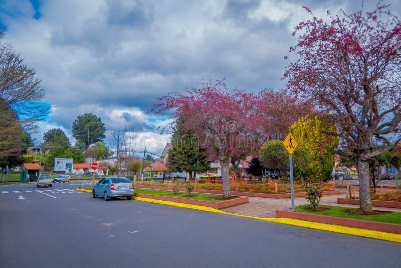 OSORNO CHILE, SEPTEMBER, 23, 2018: Den utomhus- sikten av parkerar av dowtown med några träd i en molnig dag med några bilar arkivfoton