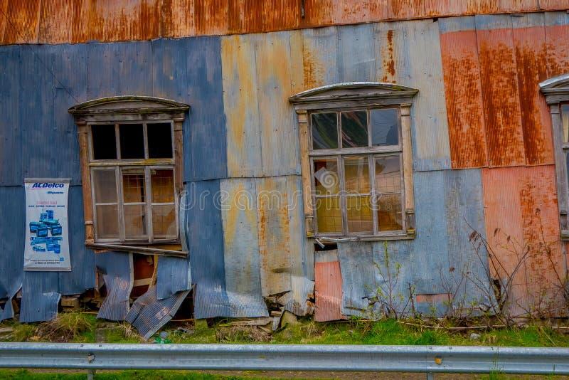 OSORNO CHILE, SEPTEMBER, 23, 2018: Förstörd utomhus- sikt av partiskt gammalt rostat byggande lokaliserat i Octay port royaltyfri foto