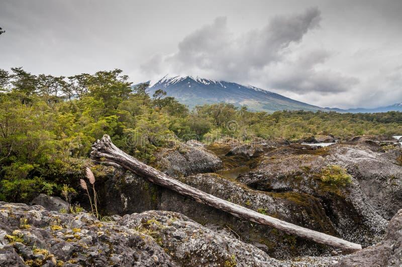 Osorno vulcan en el tiempo nublado, Chile imagen de archivo