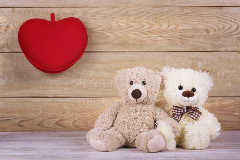 Osos de peluche de los pares con el corazón Fondo del día de tarjetas del día de San Valentín fotos de archivo