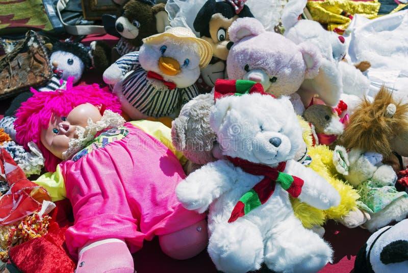 Osos de peluche, muñecas de barbie, juguetes para los niños en un mercado de pulgas imágenes de archivo libres de regalías