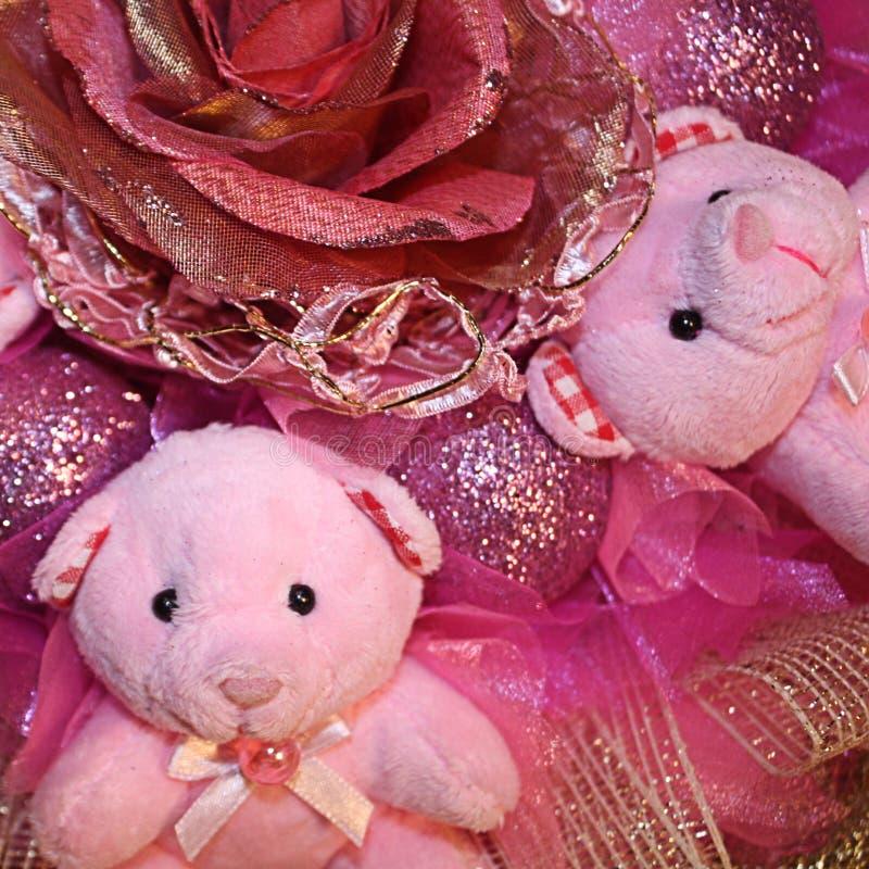 Osos de peluche rosados y flor artificial en el composit de la Navidad imagen de archivo