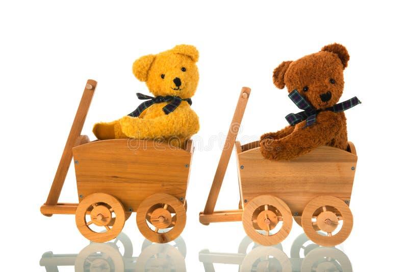 Osos rellenos de los juguetes en carro de madera fotografía de archivo