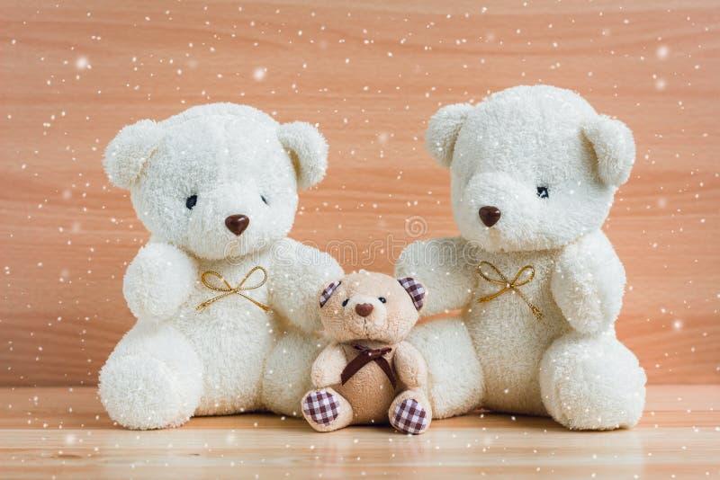 Osos y nieve de la familia en un fondo de madera foto de archivo libre de regalías