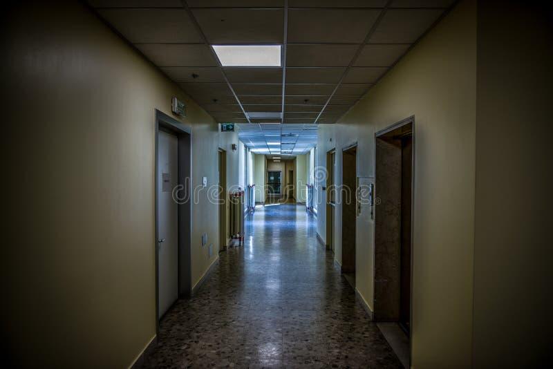 Ospedale psichiatrico abbandonato corridoio fotografia stock libera da diritti