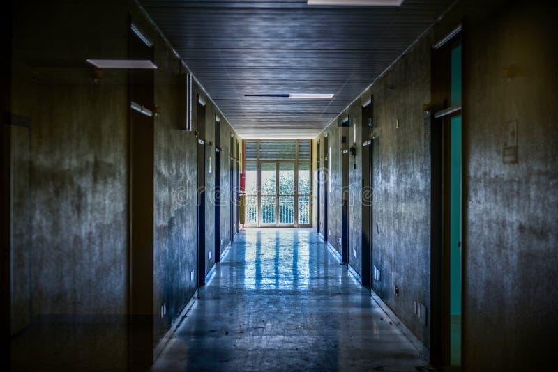 Ospedale psichiatrico abbandonato corridoio immagini stock libere da diritti