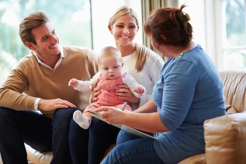 Ospite di salute che parla con famiglia con il giovane bambino fotografie stock libere da diritti