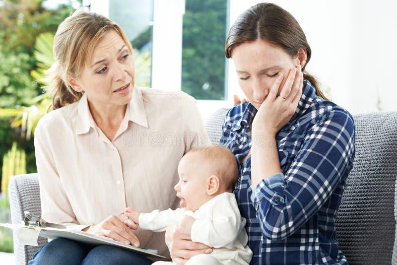 Ospite di salute con la nuova madre che soffre con la depressione immagine stock