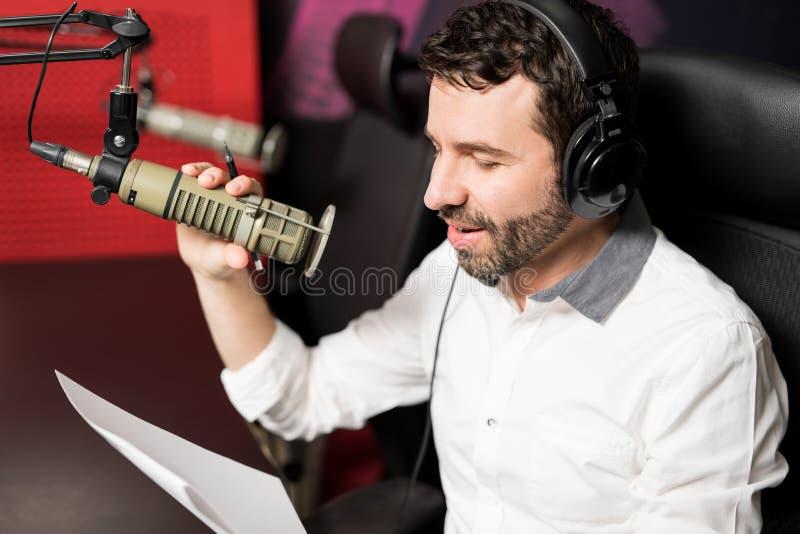 Ospite radiofonico del talk show che convince microfono fotografia stock libera da diritti