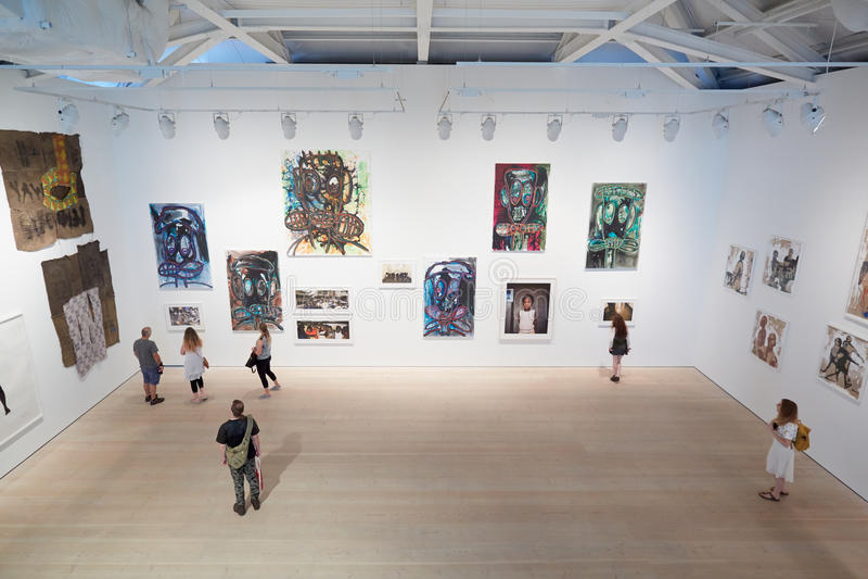 Ospiti alla mostra di arte alla galleria di Saatchi a Londra fotografia stock