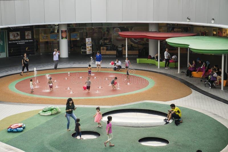 Ospiti che giocano al campo da giuoco Singapore di VivoCity fotografia stock