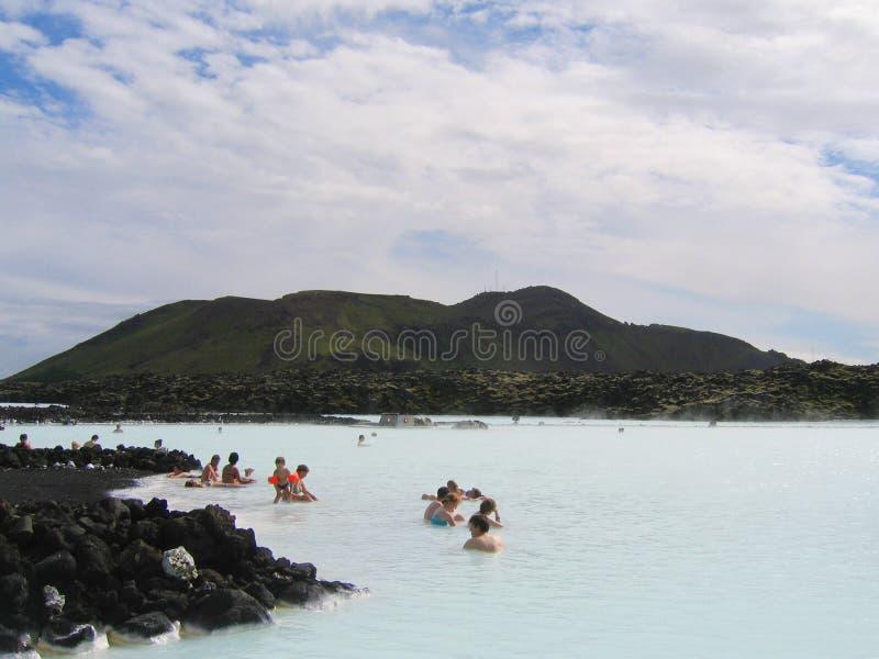 Ospiti che godono della stazione termale geotermica della laguna blu famosa in Islanda immagini stock libere da diritti