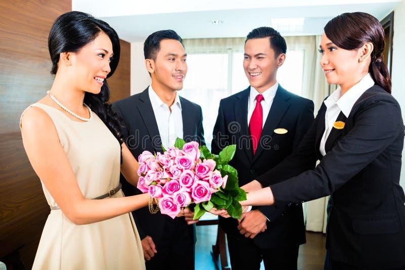 Ospiti di saluto del personale in hotel asiatico fotografie stock