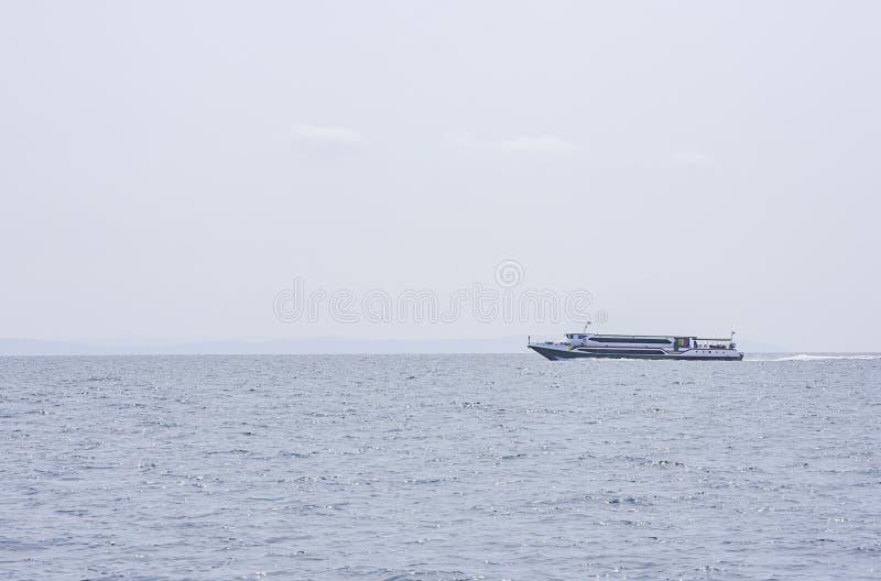 Ospiti di trasferimenti dei traghetti nel mare a Koh Kood, Trat in Tailandia immagine stock libera da diritti