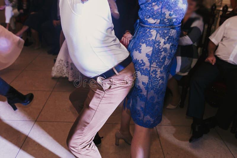 Ospiti divertendosi e ballando al ricevimento nuziale cele di festa fotografia stock