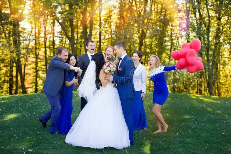 Ospiti divertenti alle nozze fotografia stock libera da diritti