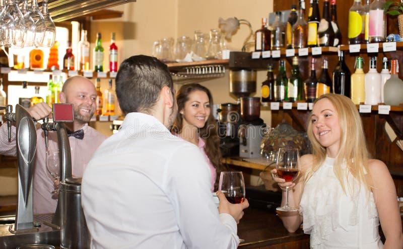 Download Ospiti Divertenti Del Barista Immagine Stock - Immagine di felice, vestiti: 55357405