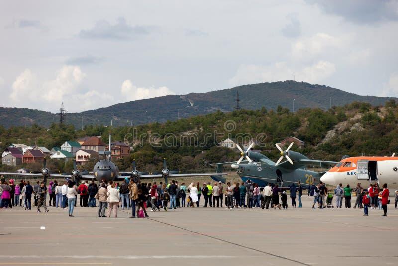 Ospiti sulla mostra degli aerei su Gidroaviasalon 2016, Russi immagine stock
