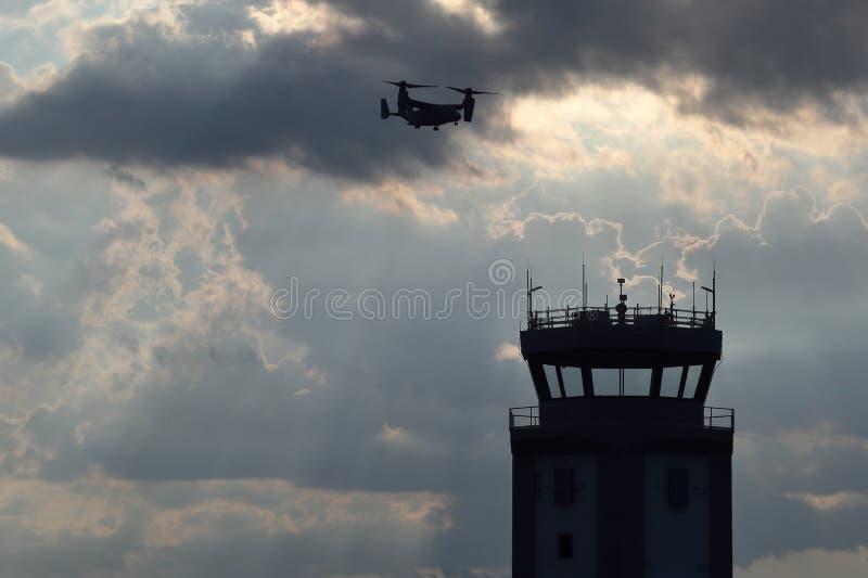 Osprey militar vuela sobre OAJ foto de archivo