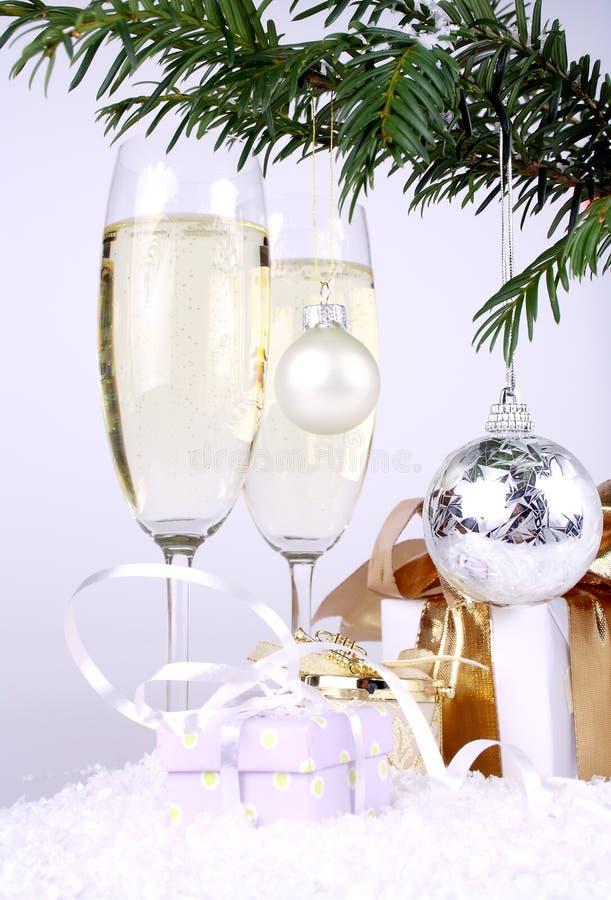 Osrebrza Nowy Rok balowych z prezentami i szampanem fotografia stock